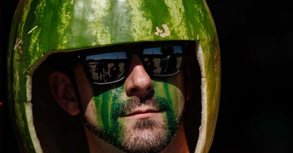 30.jun.2014 - Será que este capacete de melancia estava confortável para o torcedor?