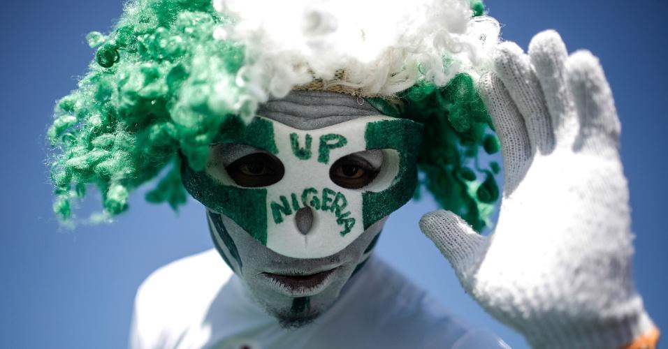 30.jun.2014 - Torcedor da Nigéria caprichou no visual para acompanhar a partida contra a França em Brasília