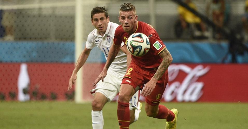 01.jul.2014 - Alderweireld e Bedoya correm atrás da bola durante partida entre Bélgica e Estados Unidos