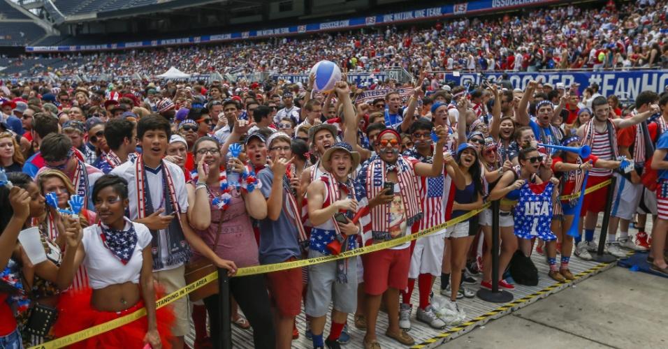 Americanos se reúnem em estádio em Chicago para acompanhar o jogo dos EUA nas oitavas da Copa