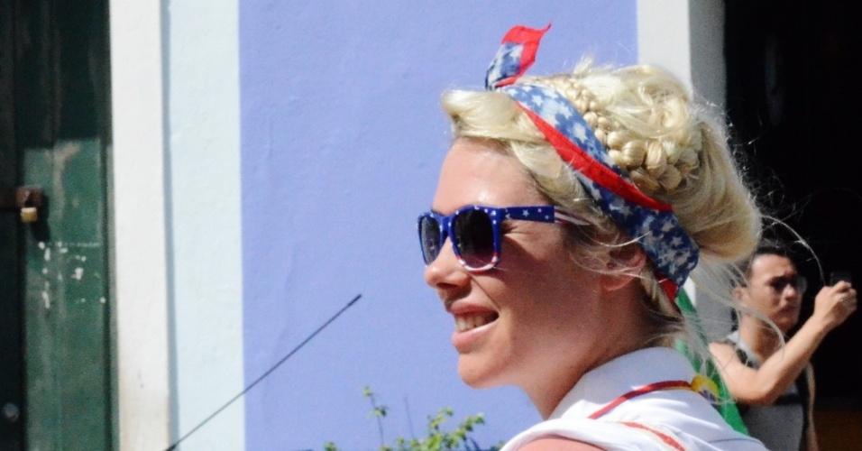 01.jul.2014 - Antes de partida contra a Bélgica, torcedora dos EUA passeia pelo centro histórico de Salvador