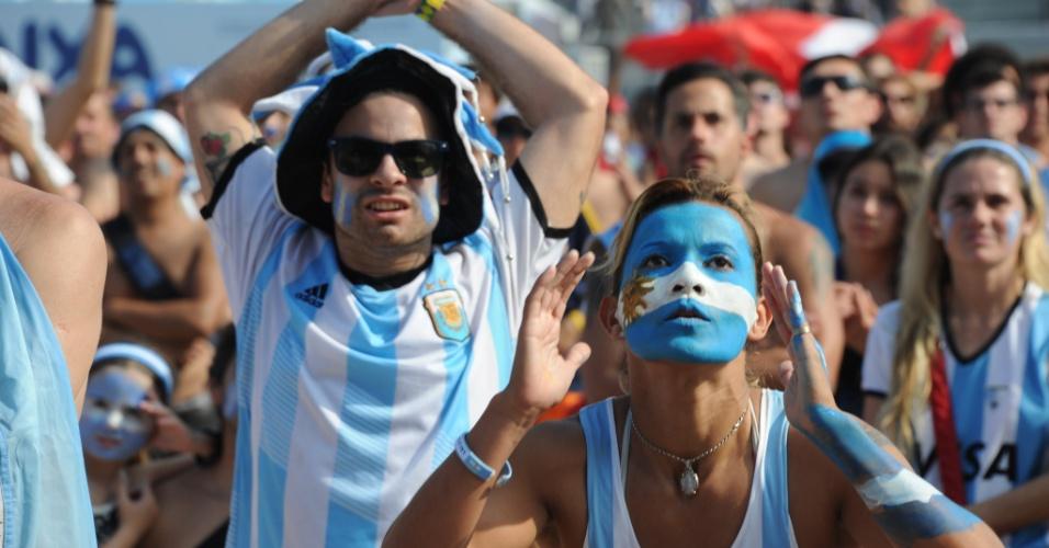 Argentinos não esconderam a tensão enquanto assistiam ao jogo contra a Suíça na Fan Fest do Rio de Janeiro