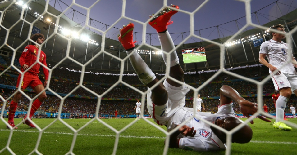 01.jul.2014 - Beasley fica caído após evitar gol da Bélgica