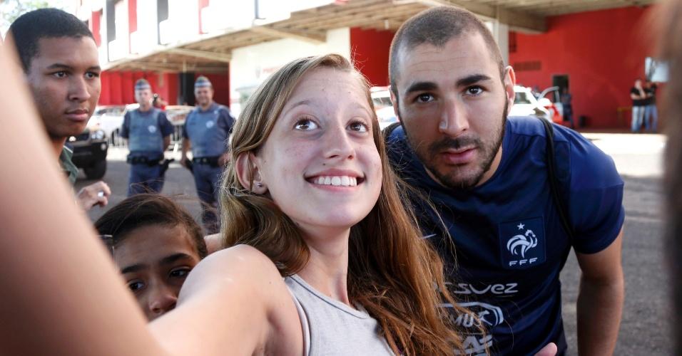Benzema tira foto com fã depois de treino da França no estádio Santa Cruz, em Ribeirão Preto