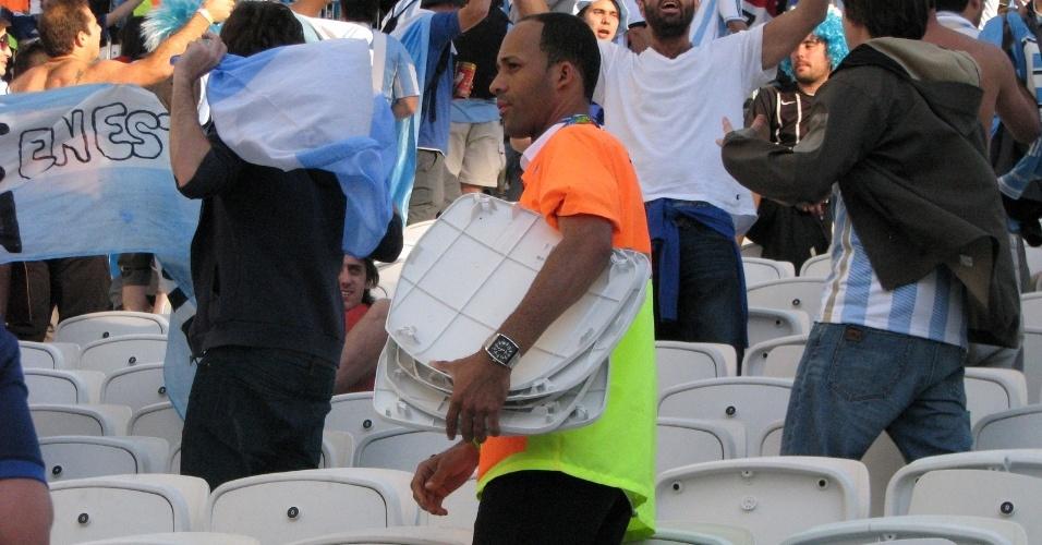 Cadeiras do Itaquerão foram danificadas durante o duelo entre Argentina e Suíça, pelas oitavas da Copa do Mundo