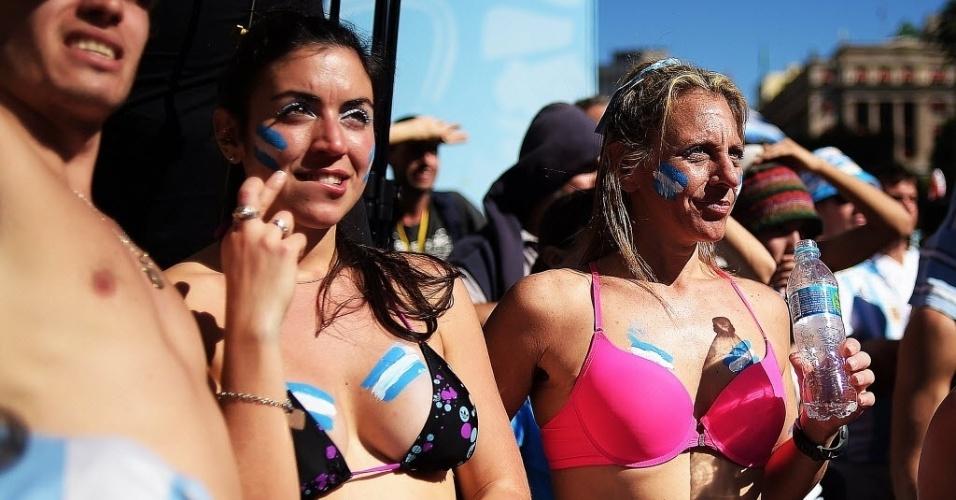 Calor em São Paulo faz com que argentinas acompanhem jogo contra  Suíça de biquíni na Fan Fest, em São Paulo
