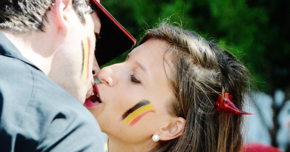 01.jul.2014 - Casal belga troca beijo na região do Pelourinho antes de duelo contra os EUA, na Fonte Nova
