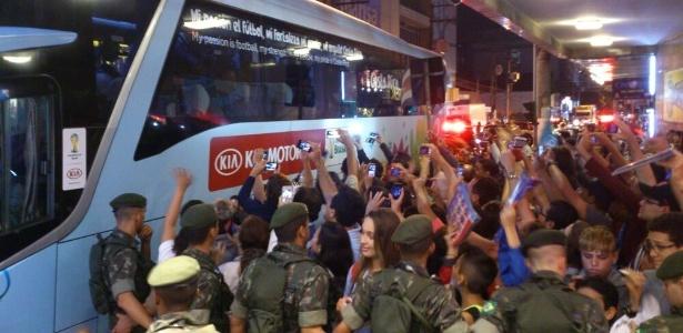 Centenas de admiradores recebem a seleção da Costa Rica em Santos-SP na noite desta segunda-feira