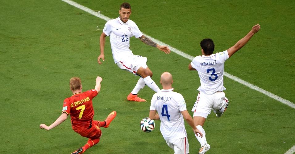 01.jul.2014 - Cercado por três jogadores dos Estados Unidos, De Bruyne escorrega ao tentar chute a gol