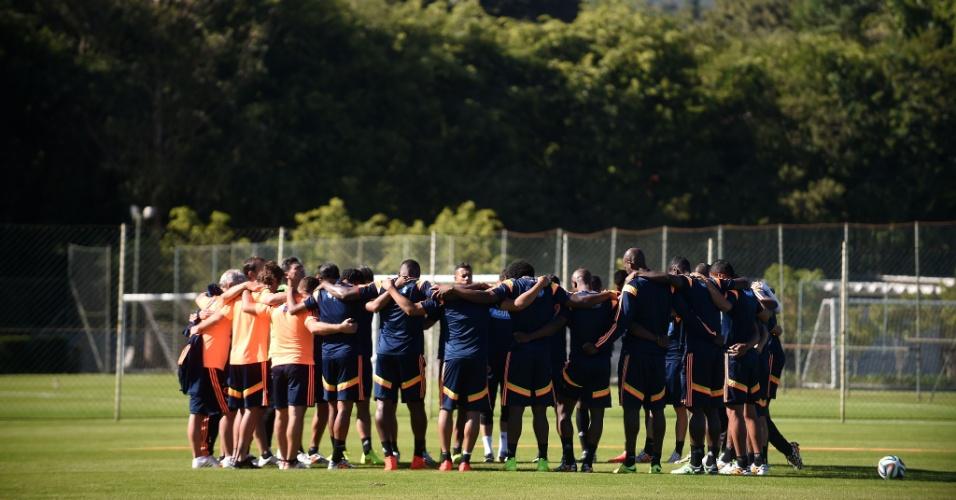 Colombianos se reúnem antes do treino em Cotia. Time encara o Brasil na próxima sexta-feira