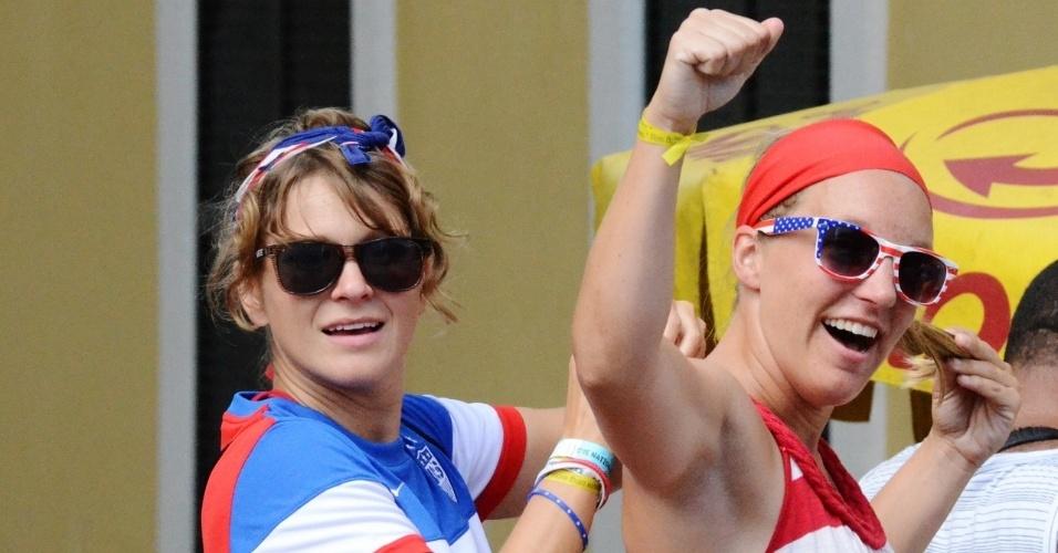 01.jul.2014 - Torcedoras dos EUA se reúnem no centro histórico de Salvador antes de partida contra a Bélgica, na Fonte Nova