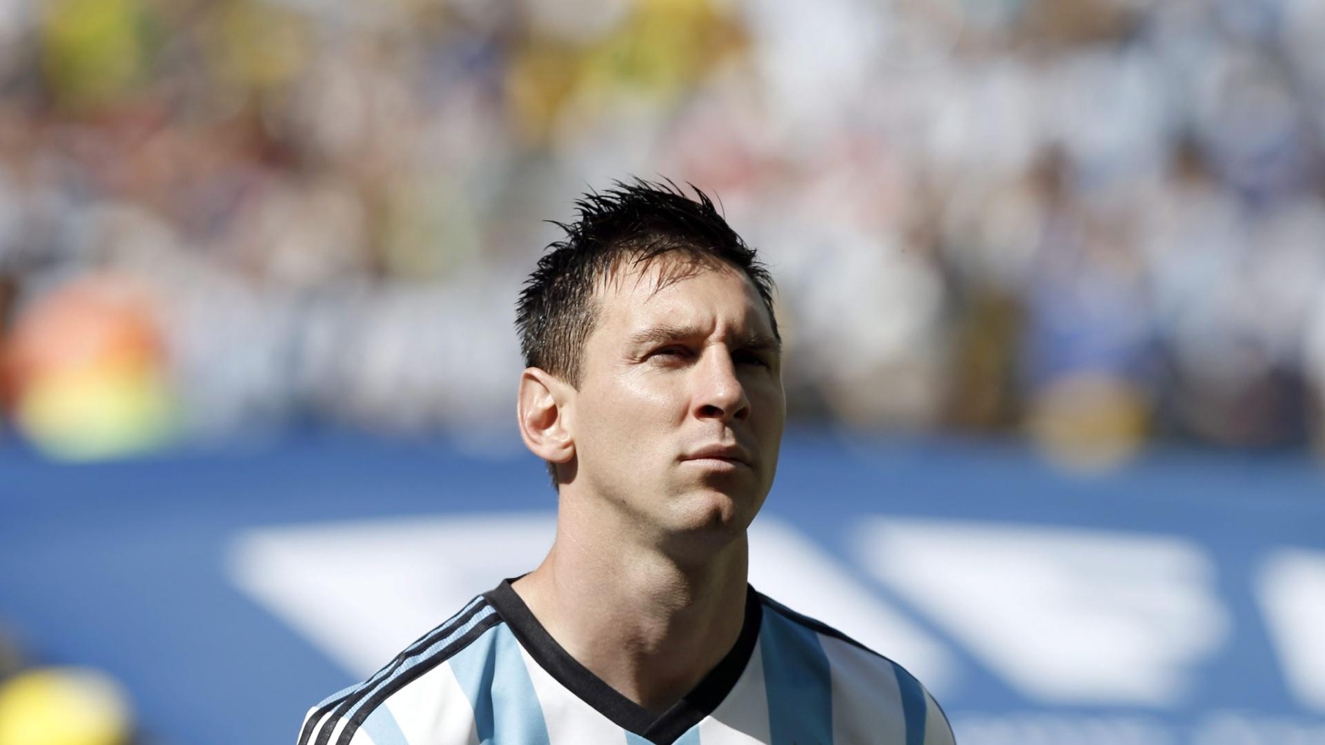 01.jul.2014 - Concentrado, argentino Lionel Messi aguarda início da partida contra a Suíça, pelas oitavas de final da Copa