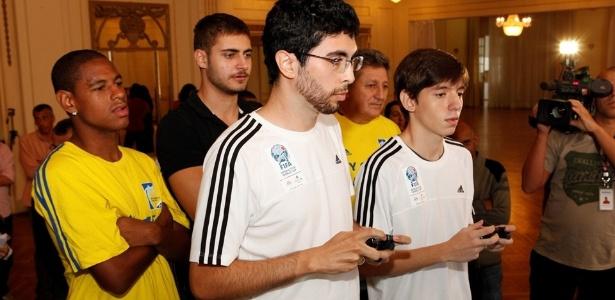 Copa do Mundo de videogame terá 20 participantes, de dez países. Rafael (dir.) é brasileiro