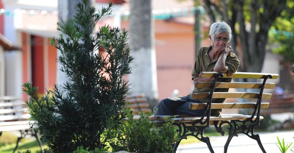 Cena da praça principal de Serra da Saudade. Muita tranquilidade em cidade com menos de mil habitantes