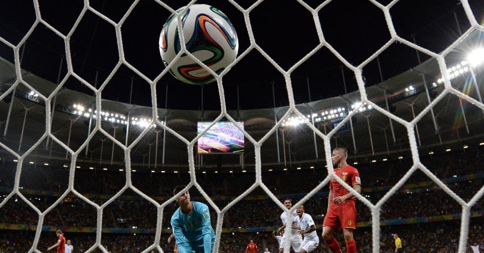 01.jul.2014 - Courtois observa bola no fundo da rede após gol dos Estados Unidos