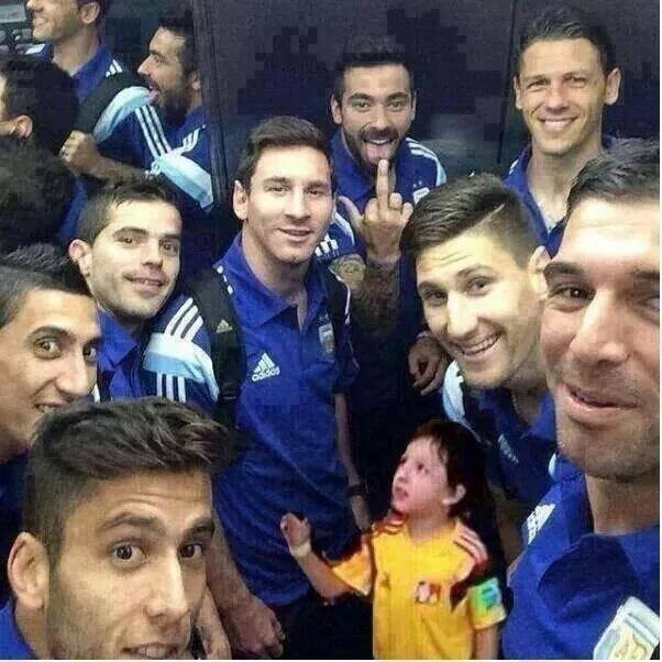 Criança ignorada por Messi ainda aparece nas montagens