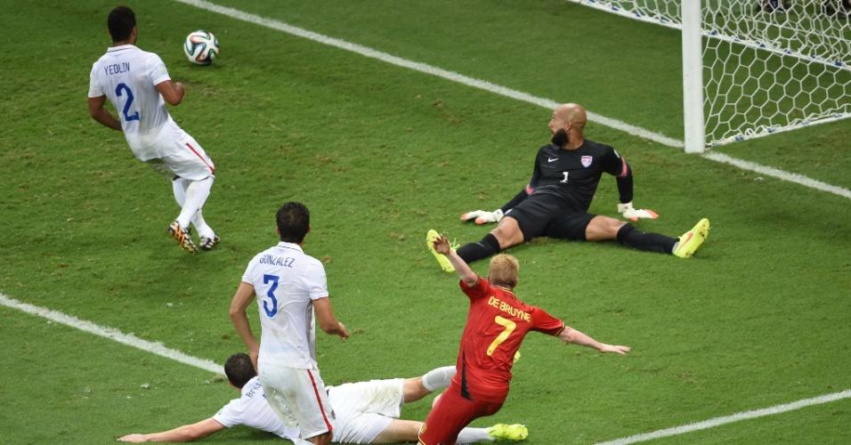 01.jul.2014 - De Bruyne chutou cruzado, sem chances para Howard, e abriu o placar para a Bélgica contra os Estados Unidos, na Fonte Nova