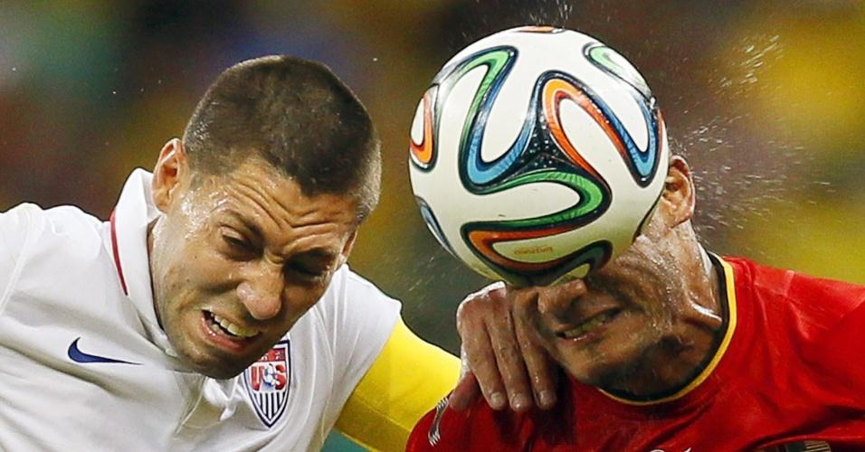 01.jul.2014 - Dempsey e Kompany disputam bola de cabeçada durante partida entre Bélgica e Estados Unidos