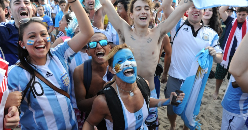 Depois do gol salvador de Di María, o clima foi de festa argentina em Copacabana