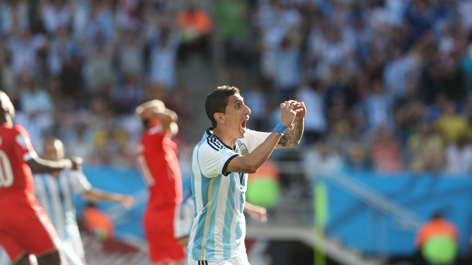 01.jul.2014 - Di Maria comemora o gol da vitória argentina, enquanto, ao fundo, os suíços lamentam a eliminação no segundo tempo da prorrogação