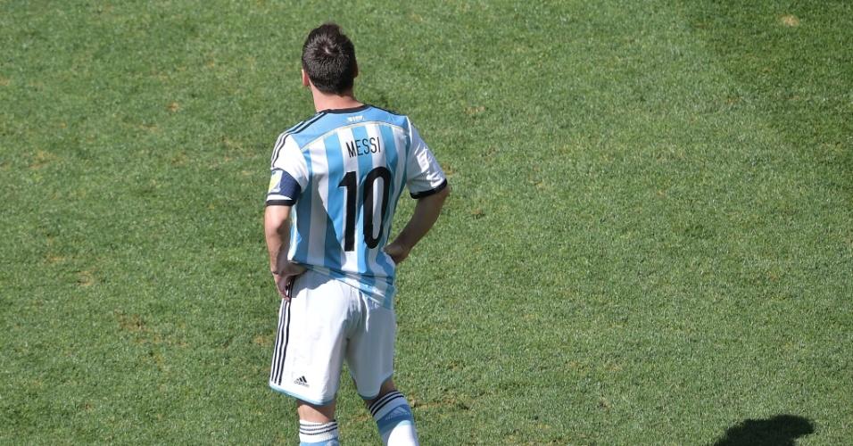 01.jul.2014 - Em um raro momento sem marcação, argentino Messi observa a partida contra a Suíça, no Itaquerão