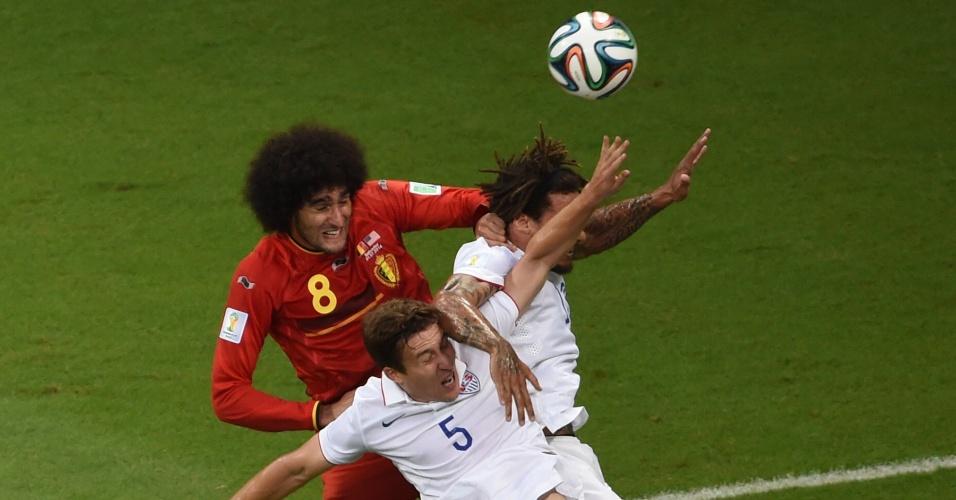 01.jul.2014 - Fellaini enfrenta a marcação de dois jogadores dos Estados Unidos em bola área