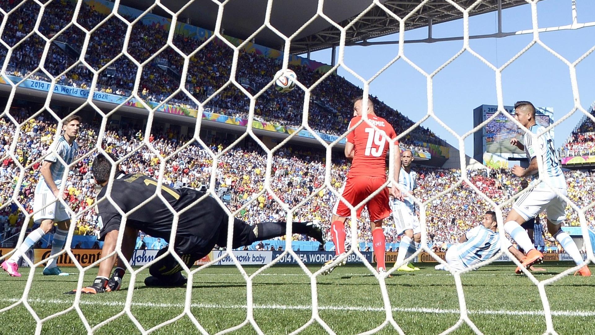 01.jul.2014 - Goleiro argentino Romero faz defesa após ataque da Suíça durante o jogo no Itaquerão, pelas oitavas de final da Copa