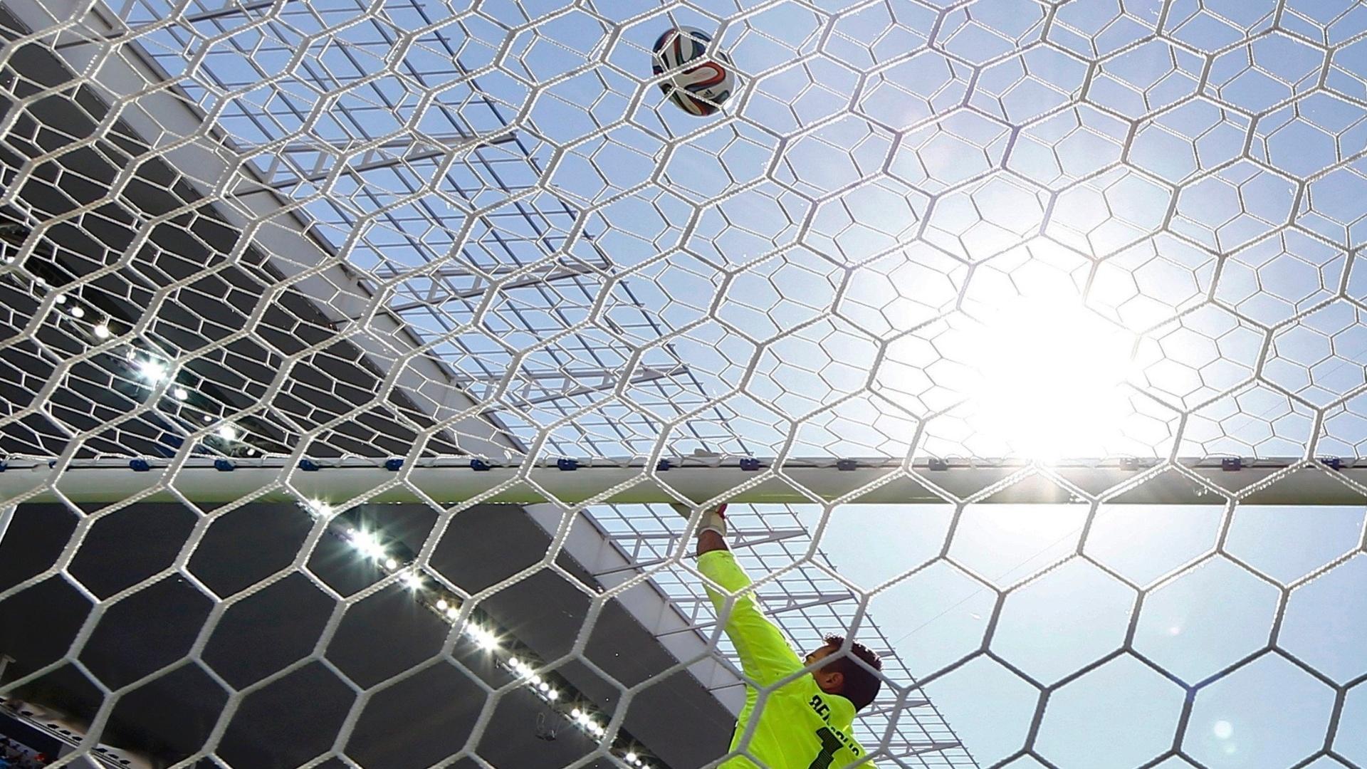 01.jul.2014 - Goleiro Diego Benaglio, da Suíça, tenta fazer defesa no primeiro tempo do jogo contra a Argentina, no Itaquerão