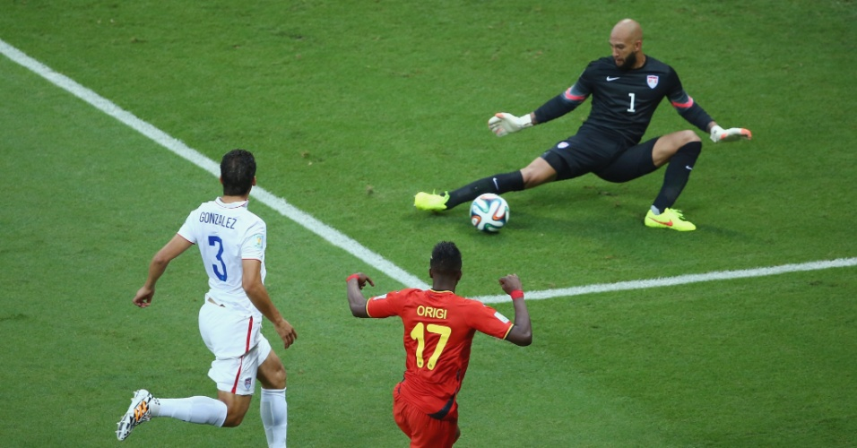 01.jul.2014 -  Howard defende chute de Origi e evita gol da Bélgica