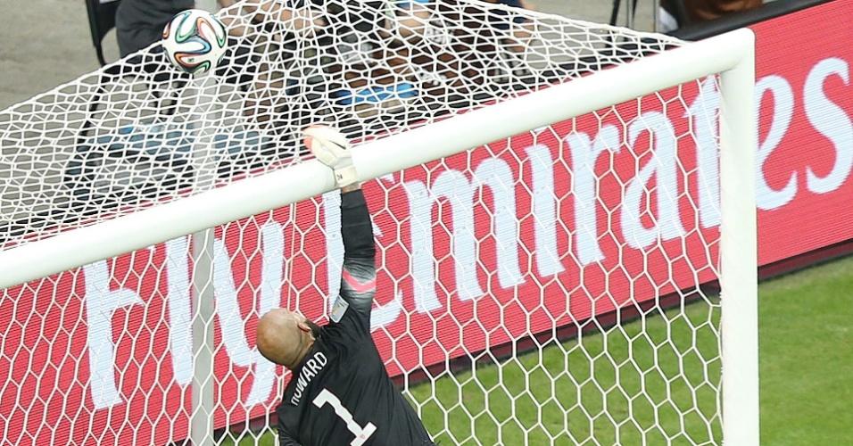 01.jul.2014 - Howard se esticou todo para fazer grande defesa e evitar gol da Bélgica