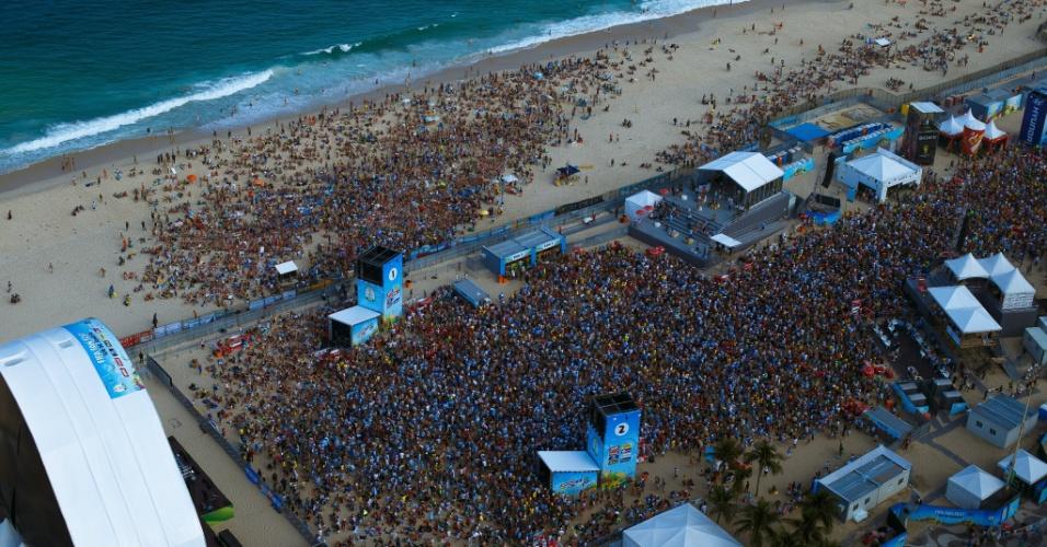 Imagem aérea mostra Fan Fest da praia de Copacabana durante jogo entre Argentina e Suíça