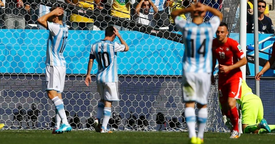 01.jul.2014 - Jogadores da Argentina lamentam após desperdiçar oportunidade contra a Suíça, no Itaquerão