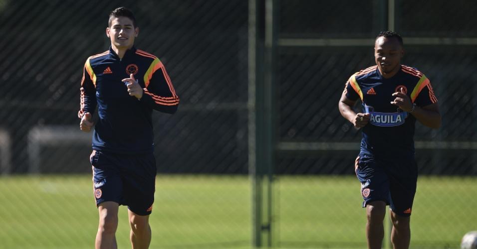 Juan Camilo Zuniga (dir.) e James Rodriguez, artilheiro da Copa do Mundo, correm durante treinamento da Colômbia em Cotia. Sul-americanos encaram o Brasil nas quartas de final, na próxima sexta-feira