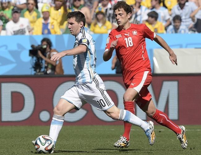 01.jul.2014 - Lionel Messi carrega a bola e tenta partir para o ataque no começo de jogo entre Argentina e Suíça, no Itaquerão