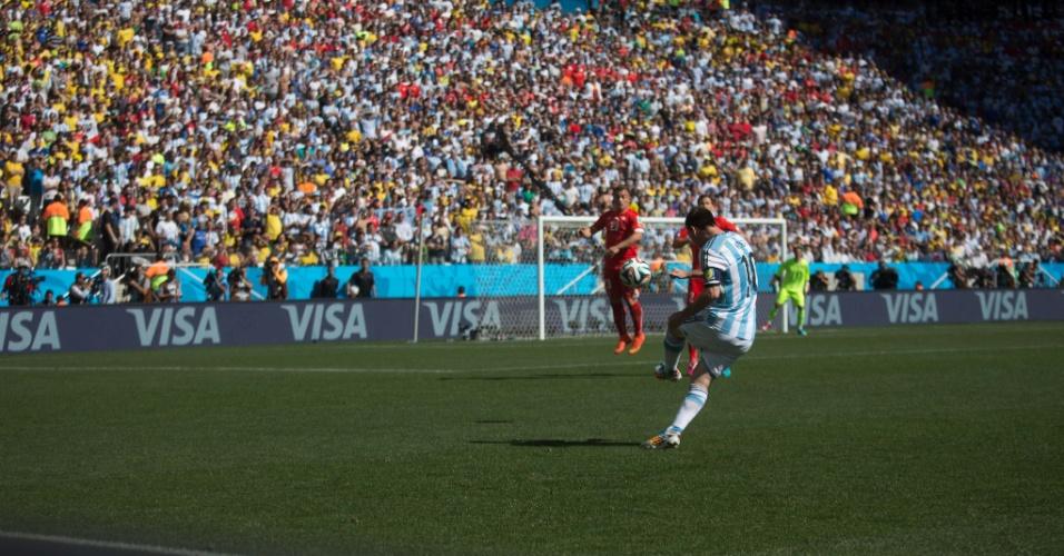 01.jul.2014 - Lionel Messi cruza a bola na área durante a partida entre Argentina e Suíça, no Itaquerão