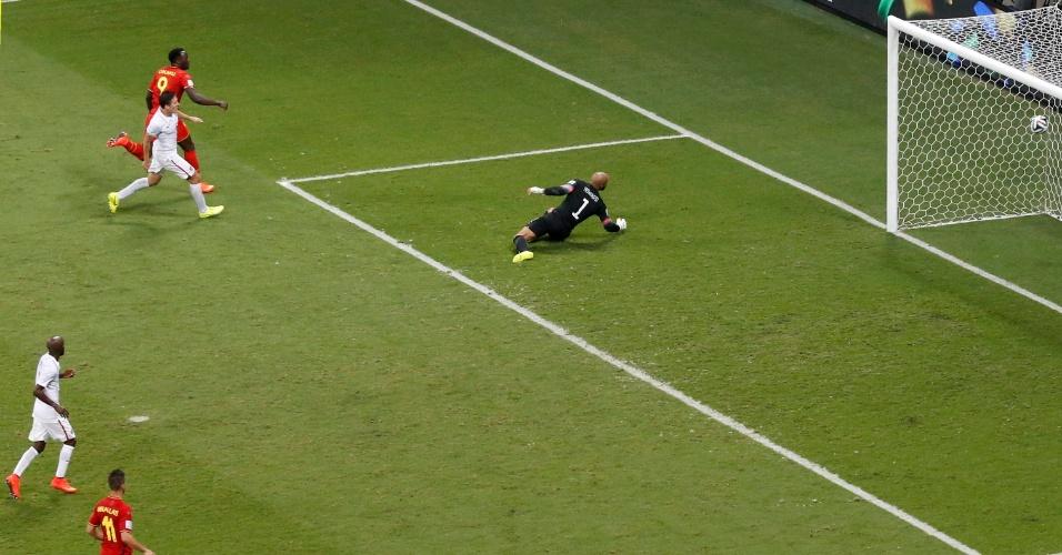 01.jul.2014 - Lukaku chutou forte no canto esquerdo de Howard e fez o segundo da Bélgica, na Fonte Nova