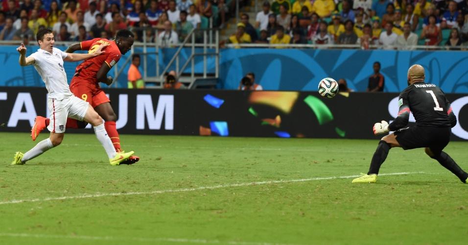 01.jul.2014 - Lukaku chutou na saída de Howard e marcou o segundo da Bélgica contra os Estados Unidos