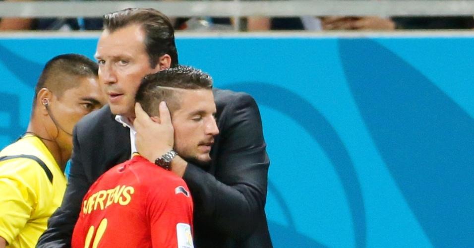 01.jul.2014 - Marc Wilmots abraça o meia Mertens após substitui-lo na partida contra os Estados Unidos