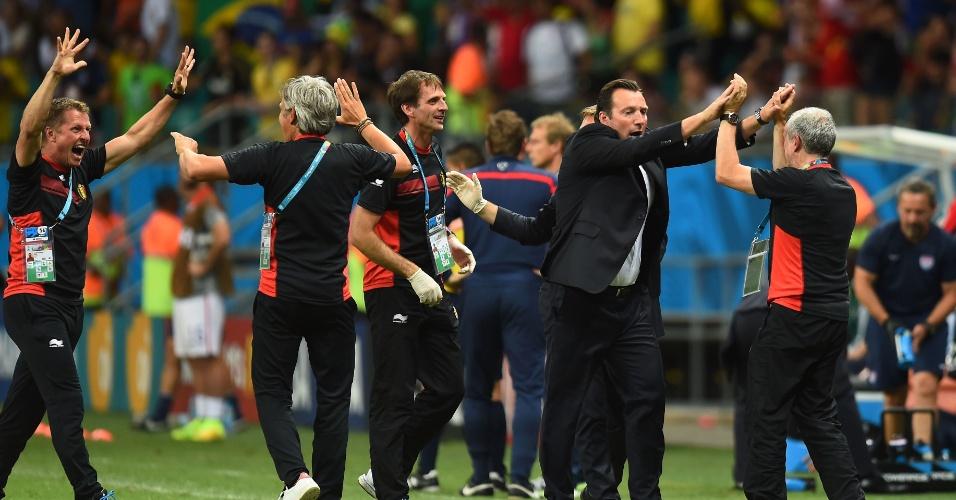 01.jul.2014 - Marc Wilmots comemora com a comissão técnica da Bélgica após gol da equipe contra os Estados Unidos