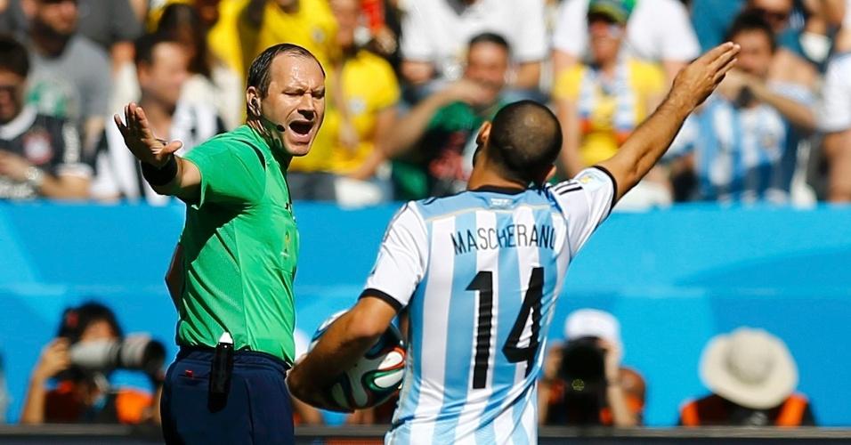 01.jul.2014 - Mascherano, da Argentina, discute com o árbitro sueco Jonas Eriksson, na partida contra a Suíça, no Itaquerão