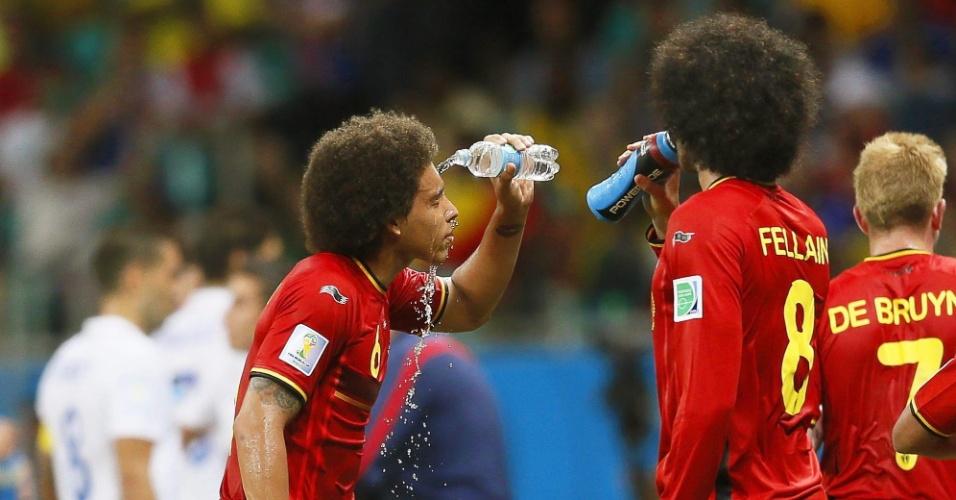 01.jul.2014 - Meia belga Axel Witsel joga água no rosto durante partida contra os Estados Unidos
