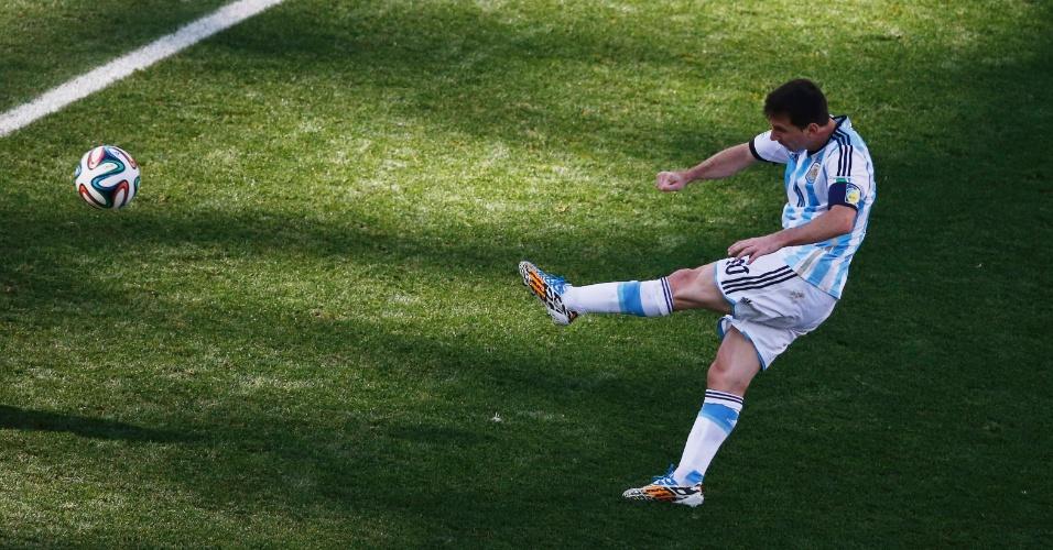 01.jul.2014 - Messi cobra falta com estilo, mas não tira o zero do placar no tempo normal. O jogo entre Argentina e Suíça, no Itaquerão, foi para a prorrogação