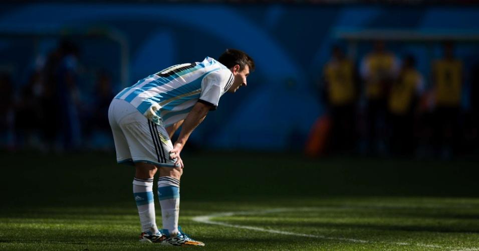 01.jul.2014 - Messi demonstra cansaço durante o tempo normal da partida contra a Suíça, pelas oitavas de final da Copa, no Itaquerão