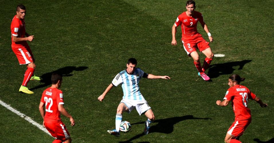 01.jul.2014 - Messi é marcado por quatro suíços dentro da área durante o jogo no Itaquerão, pelas oitavas de final da Copa
