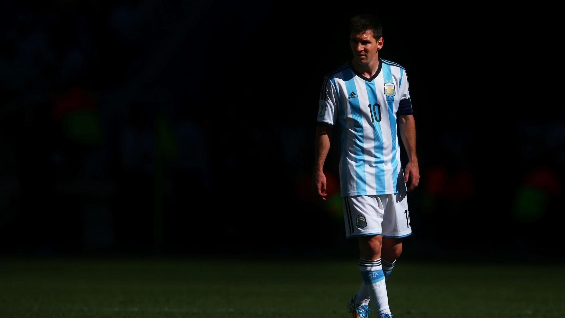 01.jul.2014 - Messi observa a movimentação da partida entre Argentina e Suíça, pelas oitavas de final da Copa, no Itaquerão