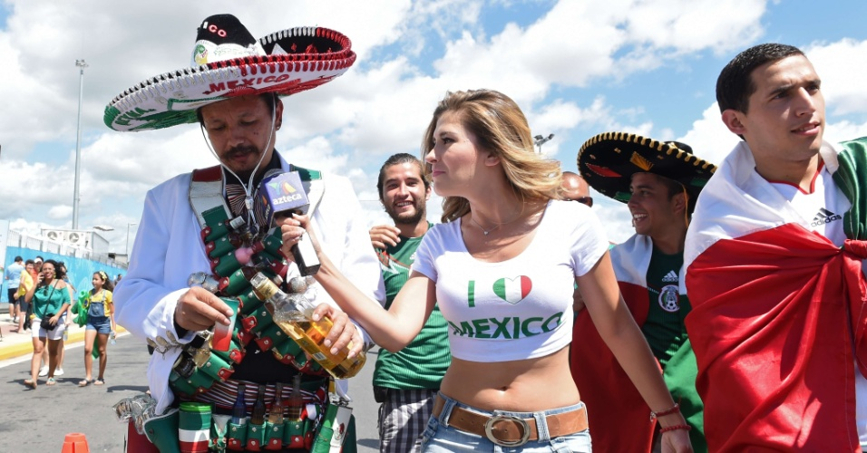 Mexicana Mariana Gonzalez, da TV Asteca, entrevista torcedores antes do jogo contra a Holanda, em Fortaleza