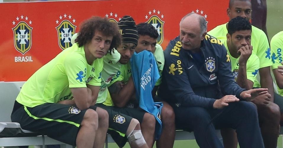 01.07.2014 - Neymar aparece com joelho enfaixado enquanto reservas encaram sub-20 do Fluminense