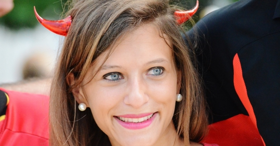 01.jul.2014 - No Pelourinho, a visita de uma bela torcedora da Bélgica antes da partida contra os EUA, na Fonte Nova