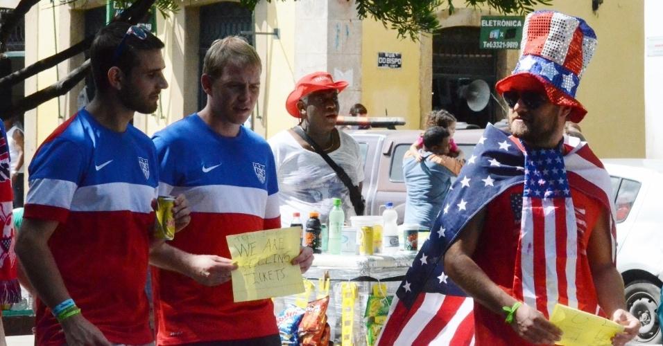 01.jul.2014 -  No Pelourinho, torcedores dos EUA avisam que vendem ingressos para jogo contra a Bélgica na Fonte Nova