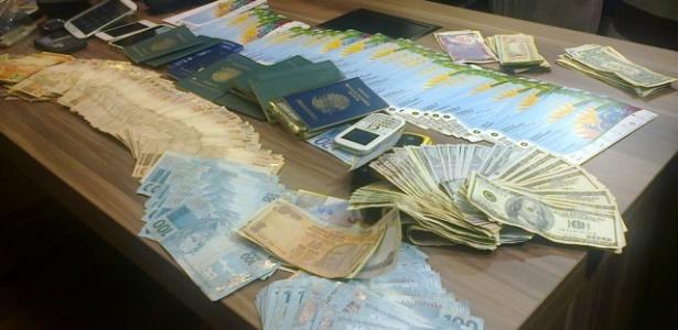 Ingressos da Copa do Mundo e dinheiro apreendidos pela Polícia Civil com membros da máfia